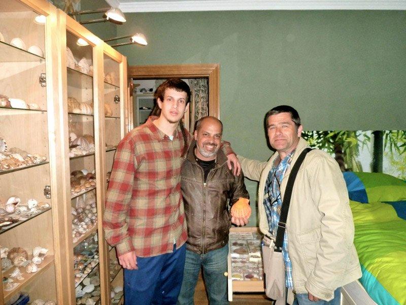 De izquierda a derecha; Carles Dorado, Javier Martín y Xavier Castellà. Foto de encuentro junto a algunas de las vitrinas de la colección y al cajón de Pectinidae.